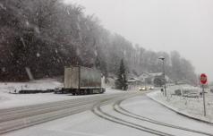 Zaradi sneženja težave na cestah
