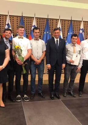 Naj mladinski projekt je postala lanska prireditev Košna u snežet v organizaciji DPM Škofja Loka. Priznanje je članom na Brdu podelil predsednik republike Borut Pahor. Foto: Anja Mager