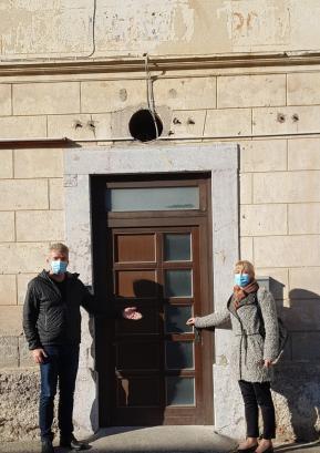Župan Milan Čadež in direktorica CSS Škofja Loka Silva Košnjek pred vhodom v staro šolo. FOTO: ARHIV OBČINE
