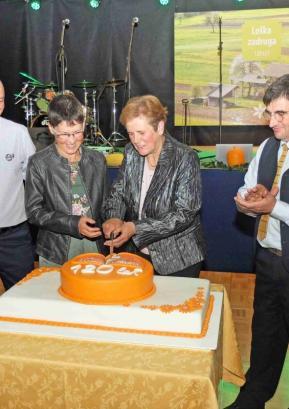 Na slovesnosti ob 120-letnici so (z leve) direktor Loške zadruge Mitja Vodnjov, vodja mlekarne Cecilija Valič, nekdanja direktorica zadruge Anica Frelih ter predsednik Loške zadruge Dušan Pintar razrezali tudi torto. Foto: arhiv KGZ Škofja Loka