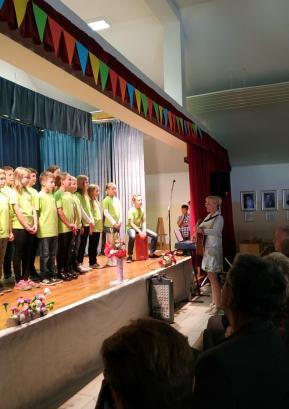 Prireditev ob 80-letnici šolske stavbe v Lučinah so obogatili učenci pevskega zbora. Foto: Maja Čadež