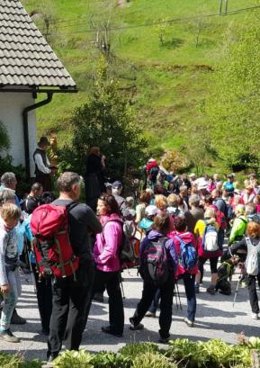 Obiskovalci so si z zanimanjem ogledali in prisluhnili zaigranim prizorom iz Visoške kronike. Foto: Lucija Kavčič