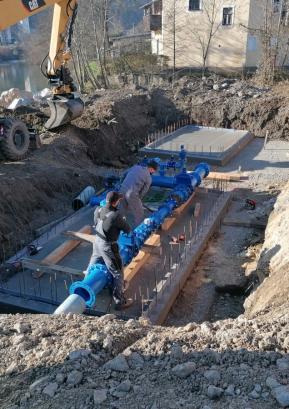 Gradnja novih razdelilnih vodovodnih jaškov ob krožišču FOTO: IGOR KRŽIŠNIK