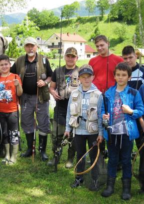 Andrej Tomin že od 2001 kot mentor skrbi za prenos znanja na mlade ribiče. V tem času je ribiški izpit naredilo 17 mladih ribičev. Foto: Florijan Tušar