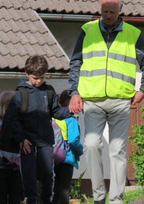 S Pešbusom smo spodbujali učence, da bi več in čim rajši hodili v šolo peš.