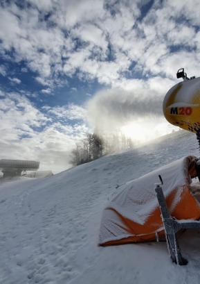 Smučanje je na smučišču Stari vrh omogočajo z izdelavo tehničnega snega.