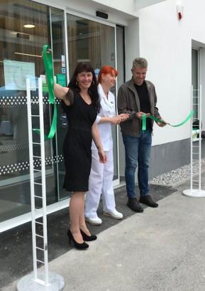 Trak ob odprtju so prerezali (z leve): direktorica Gorenjskih lekarn Romana Rakovec, vodja lekarne Nataša Šifrar Bernards in župan Milan Čadež. Foto: Tina Dolenc