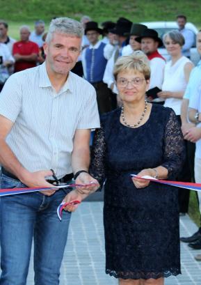 Trak na Fortunovi brvi sta prerezala župan Milan Čadež in predsednica KS Gorenja vas Mirjana Možina. FOTO: VITO DEBELAK