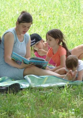 Knjižnica je letos drugič sodelovala na Festivalu družin in pripravila zanimiv izbor knjig, ki so jih obiskovalci dobro sprejeli. Foto: arhiv Festivala družin
