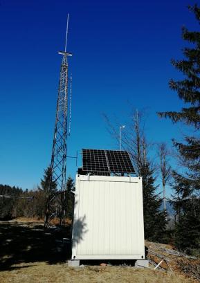 Člani Radiokluba Marmor Hotavlje so tekmovalno lokacijo na Ermanovcu opremili s sončnimi celicami. Foto: arhiv Radiokluba Marmor Hotavlje