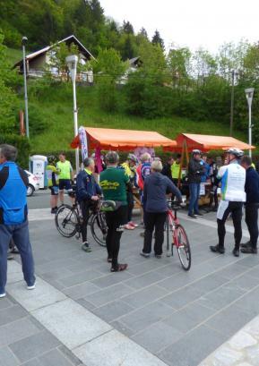 Kolesarji na Trgu Ivana Regna, pripravljeni na začetek kolesarske sezone. Foto: KD Belaunce