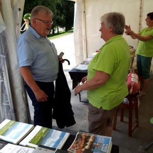 Predstavnice gorenjevaških klekljaric so s prikazom izdelave čipk pritegnile številne obiskovalce, tudi blejskega župana Janeza Fajfarja. Foto: Jure Ferlan