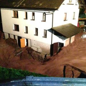 Hudo so narasle vode ogrozile Karlovski mlin v Žirovskem vrhu. Foto: Ines Lampreht