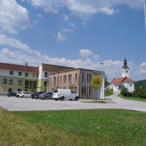 Zdravstveni dom v Gorenji vasi leta 2019. Prizidek, vseljen leta 2017, so v celoti financirali zasebni zdravnik in trije zobozdravniki. Foto: T. K.