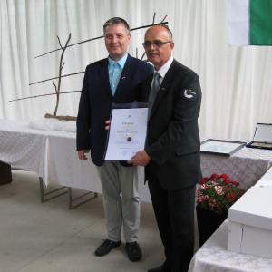 Podpredsednik Ribiške zveze Slovenije Igor Kloboves je RD Visoko podelil jubilejno listino in torto. Foto: Florijan Tušar