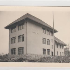 Lučinska šola po izgradnji oktobra 1939. Avtor fotografije je neznan, hrani jo Maksimilijan Košir. Foto: Maja Čadež