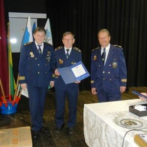 Anton Kržišnik, podpredsednik združenja, je prejel bronasti znak Agencije za varnost prometa. Podeljujejo ga najbolj zaslužnim, ki delajo za varnost v prometu najmanj 10 let. Foto: Franci Dolenec, arhiv ZŠAM Žiri