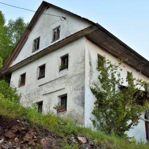 Več stoletij stara lična kmečka hiša pr' Klemenu v Jazbinah je predstavljala dom že številnim generacijam, preživela je tudi požig celotne vasi leta 1945. Foto: Uroš Gantar