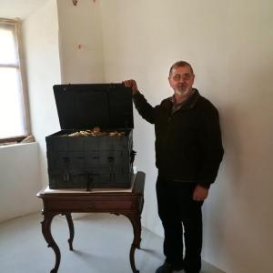 Mojster Andrej Gladek je za izdelavo replike Polikarpove skrinje potreboval 150 ur. Foto: Lidija Razložnik