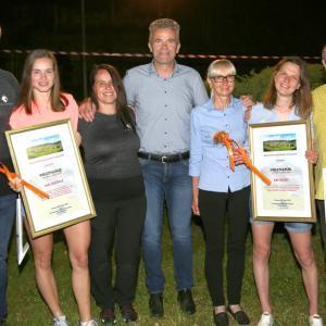 Letošnji nagrajenki KS Poljane: Nika Križnar (levo) in Ema Klinec s starši in županom Milanom Čadežem FOTO: ARHIV KS POLJANE