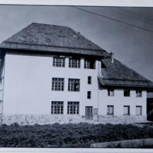 PŠ Lučine 1947  Podpis: Lučinska šola leta 1947. Avtor fotografije je neznan, hrani jo Martina Jelovčan.