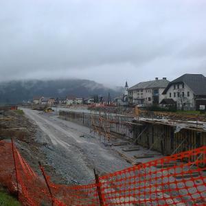 Februarja 2014 ob izgradnji obvoznice v Gorenji vasi. Ob odprtju 2015 je središče vasi močno razbremenila tranzitnega prometa. Foto: arhiv P. N.