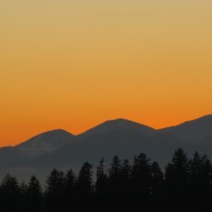 Pogled s Preddvora na Stari vrh, Mladi vrh in Blegoš, spredaj je sv. Jošt nad Kranjem Foto: Mirjam Pavlič