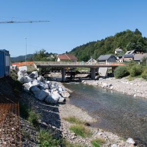 V Poljanah je ta čas obsežno gradbišče, saj so sredi izvajanja del za povečanje poplavne varnosti na tem območju. Foto: Primož Pičulin