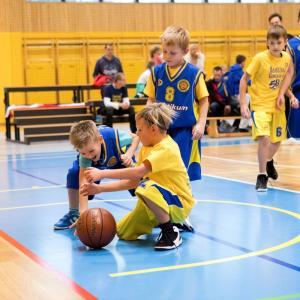 Najmlajši gorenjevaški košarkarji med tekmo ... Foto: Vito Debelak