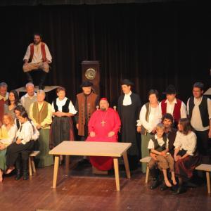 Pri uprizoritvi Visoške kronike v poljanščini so mnogi domači igralci na odru stali prvič. Foto: Izidor Jesenko