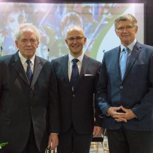 Trije ravnatelji šole (z leve): Peter Kopač, sedanji ravnatelj Klemen Karlin in ravnatelj z najdaljšim stažem Valentin Bogataj. Foto: Jana Jocif