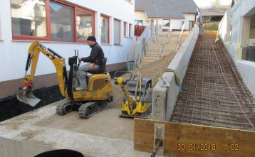 Izdelava rampe in stopnišča na JZ strani dvorane.