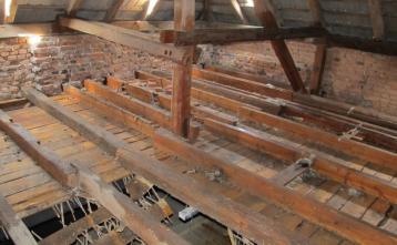Rušenje lesenega stropa nad odrom velike dvorane