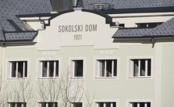 Na podlagi sklepa občinskega sklepa se bo objekt po novem imenoval SOKOLSKI DOM