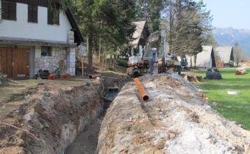 Gradnja kanalizacije na Trebiji pri počitniških hišicah
