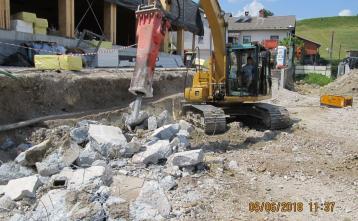Rušenje obstoječega AB zidu, za nove tribune zunanjega igrišča.