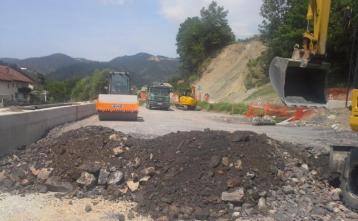 Nasipanje ceste za podporni zidom