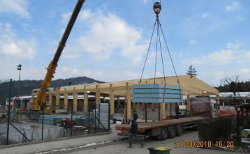 Razlaganje strešnih panelov na gradbišču.
