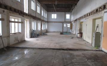 Notranjost objekta brez lesenega stropa
