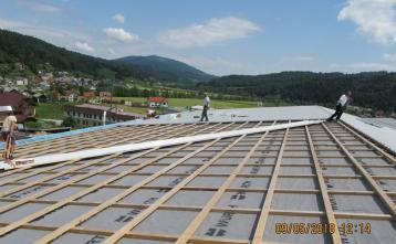 Pokrivanje strehe dvorane s trapezno kritino.