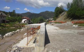 Konzola na podpornem zidu po kateri bo potekal pločnik