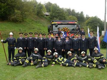Člani PGD Hotavlje pred novim gasilskim vozilom FOTO: ARNE ISTENIČ