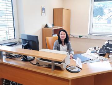 Krajevni urad v Gorenji vasi posluje ob torkih od 8. ure do 15.30. Na fotografiji je referentka Barbara Košenina.