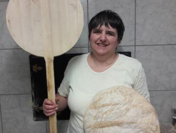 Nežka Demšar na teden speče do dvesto kilogramov kruha. FOTO: OSEBNI ARHIV