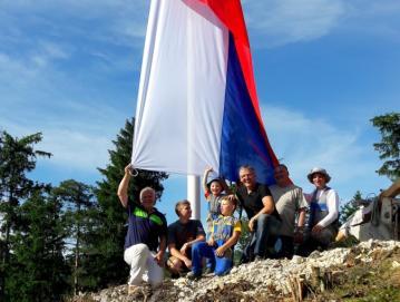Ekipa Poljancev po postavitvi zastave na Kuclju 21. junija 2016 Foto: arhiv KS Poljane