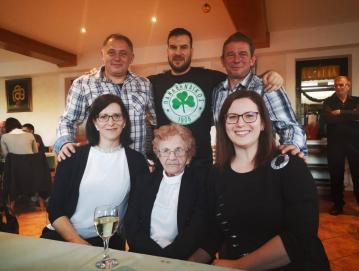 Vera z vnuki: Vesna (levo), Zdenka (desno), Silvo, Boris in Branko (stojijo od leve proti desni). Foto: Arhiv družine Bogataj