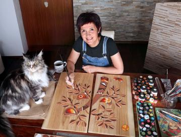 Lidija Debelak v svojem ateljeju poleg reliefov izdeluje tudi uhane in broške ter voščilnice. FOTO: VITO DEBELAK