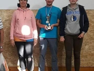 (Od leve proti desni) Olga Justin, Krištof Kučić in Manca Košir so se veselili zmage v kategoriji serijska OPEN. Foto: arhiv SD Gorenja vas