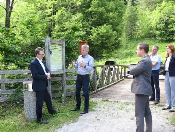 Minister Zvonko Černač ob obisku v Kopačnici
