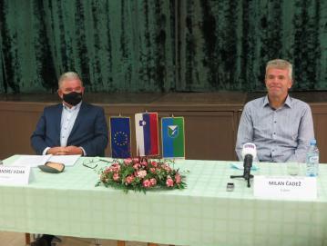 Minister Andrej Vizjak ob obisku v Poljanah z županom Milanom Čadežem